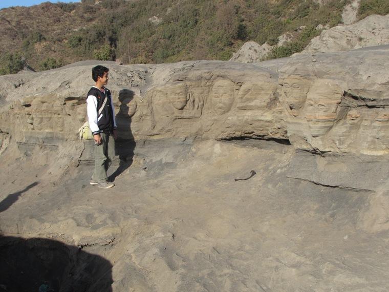 Pahatan di lereng Gunung Bromo. Kreatif...