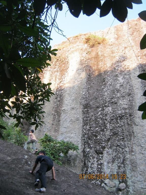 Dinding batu sisa aktifitas gunung api purba